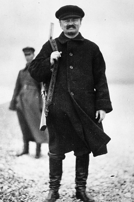 с оружием Троцкий