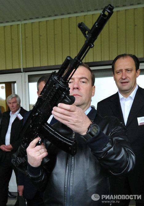 с оружием Дмитрий Медведев
