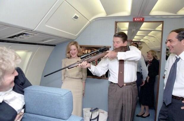 с оружием Роналд Рейган