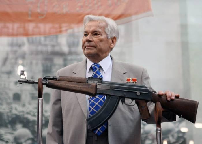 с оружием Михаил Калашников