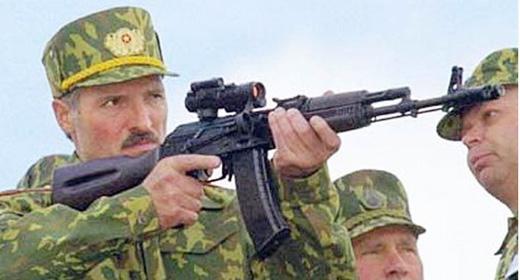 с оружием Александр Лукашенко